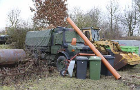 Die Fahrzeuge in der Nähe der KFZ-Werkstatt werden mit der sogenannten Gerümpeltarnung versteckt, Tarnnetze würden hier eher herausstechen