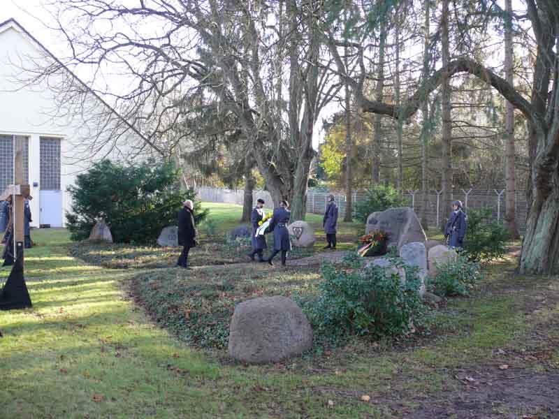 Kranzniederlegung an den Gedenksteinen in der Rettberg-Kaserne