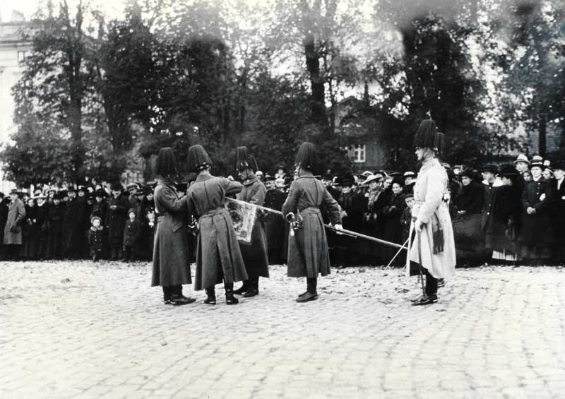 November 1919: Die Standarte wird im Rahmen der Auflösung verhüllt