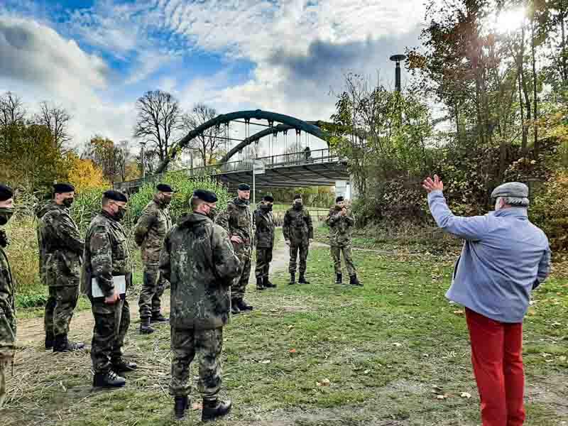 Major a.D. Mahnke erläutert vor Ort den taktischen Einsatz seines früheren JgZuges im Rahmen des GDP