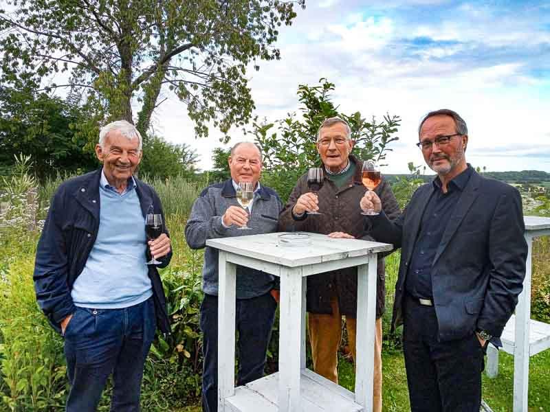 Ein Toast auf die gemeinsame Vergangenheit und eine gute Zukunft, von links: O a.D. Joehnk, OTL a.D. Rath, OTL a.D. Prasuhn, der Hornist Hagen Sommerfeld