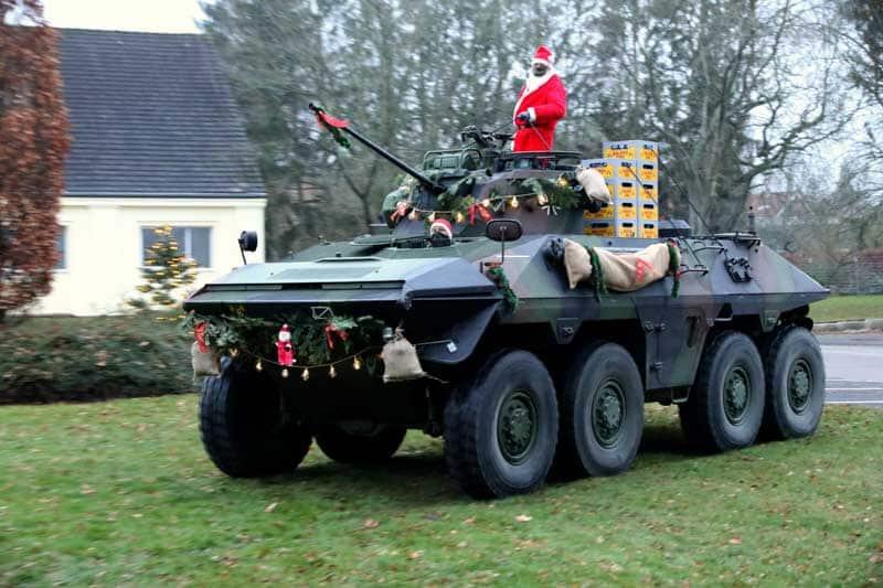 Der Weihnachtsmann auf seinem Weihnachts-LUCHS mit Geschenken