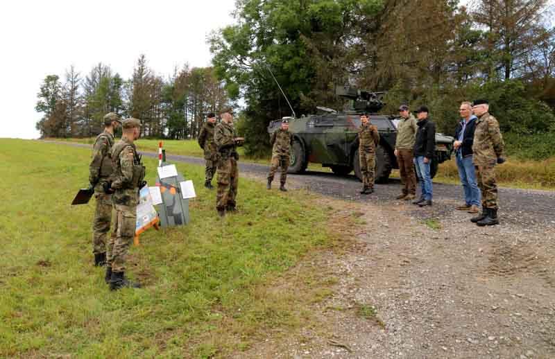 Die Reserveoffiziere werden in die Station Spähaufklärung mit SpähPz Fennek eingewiesen